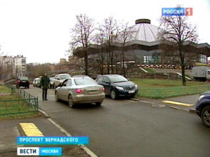 Оставить автомобиль около цирка на Вернадке можно за сто рублей.